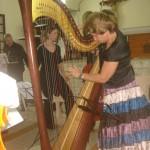 Claire Lefur accorde sa harpe à Bouillante