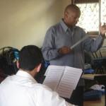 Marlon Daniel, chef d'orchestre de l'Ensemble du Monde en répétition